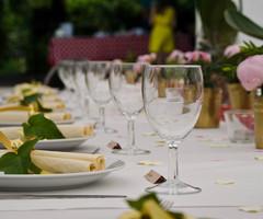 borden en wijnglazen