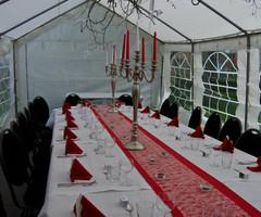 gedekte ovale feesttafel met kandelaars